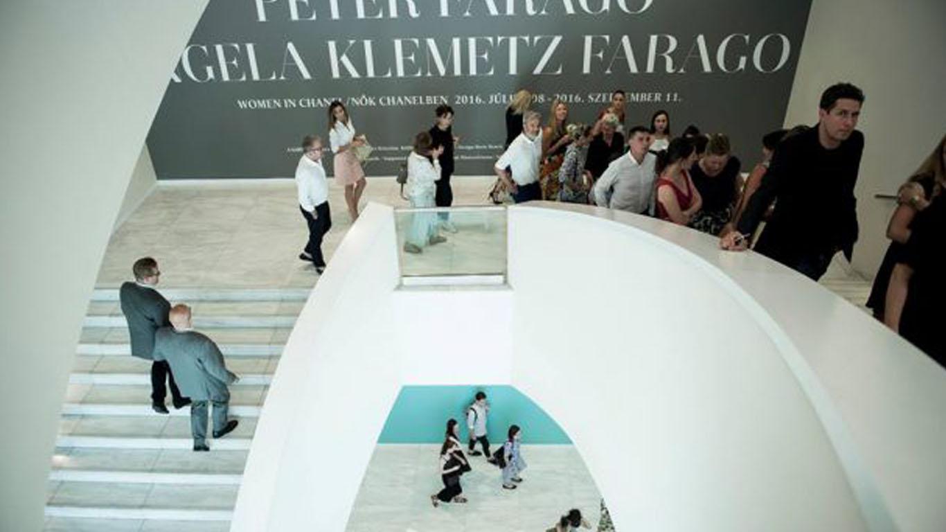 Nők-Chanelben-Fotó-Glódi-Balázs-1366x768