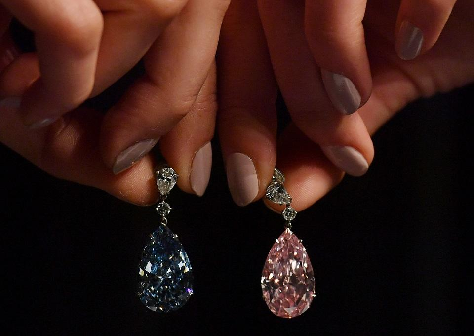 Aukción több millió dollárosgyémánt fülbevalók